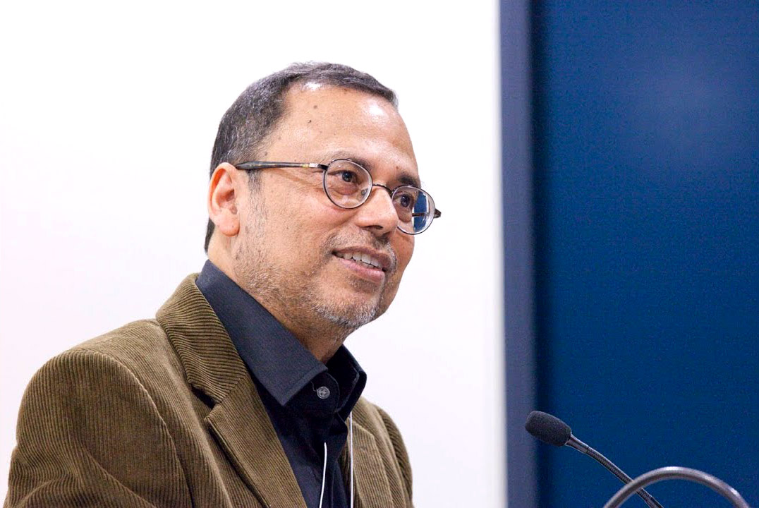 Portrait of Dipesh Chakrabarty at a lectern